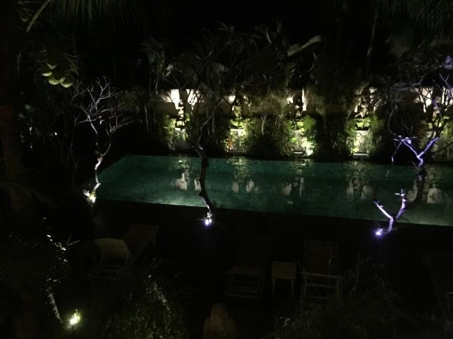 La piscine de nuit vue du resto